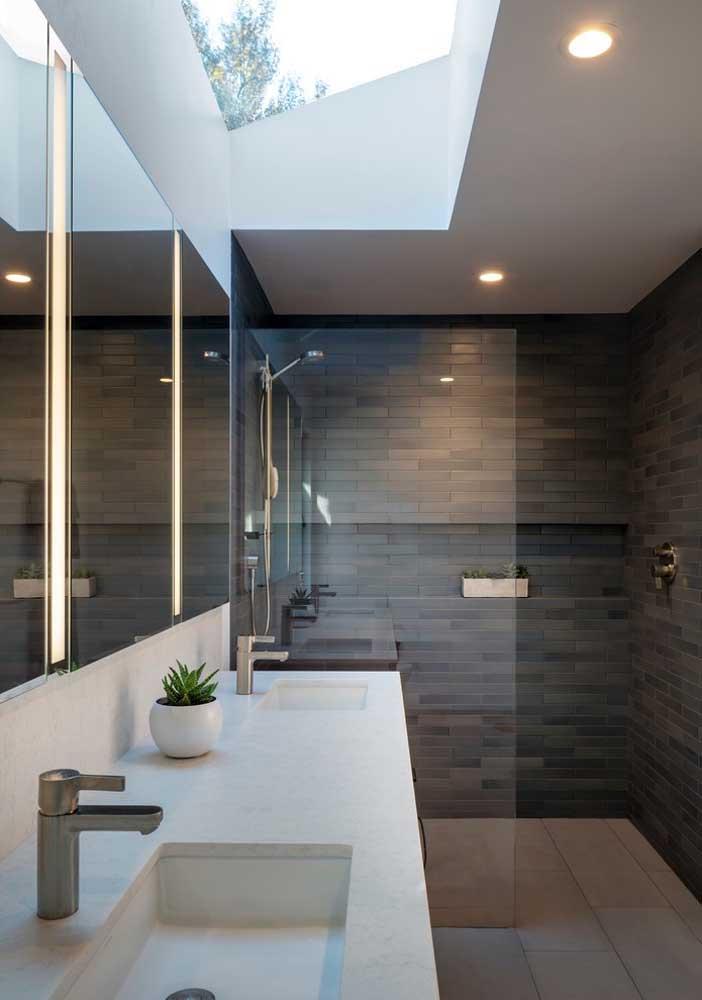 Iluminação natural, variedade de espelhos e box em vidro para o banheiro planejado