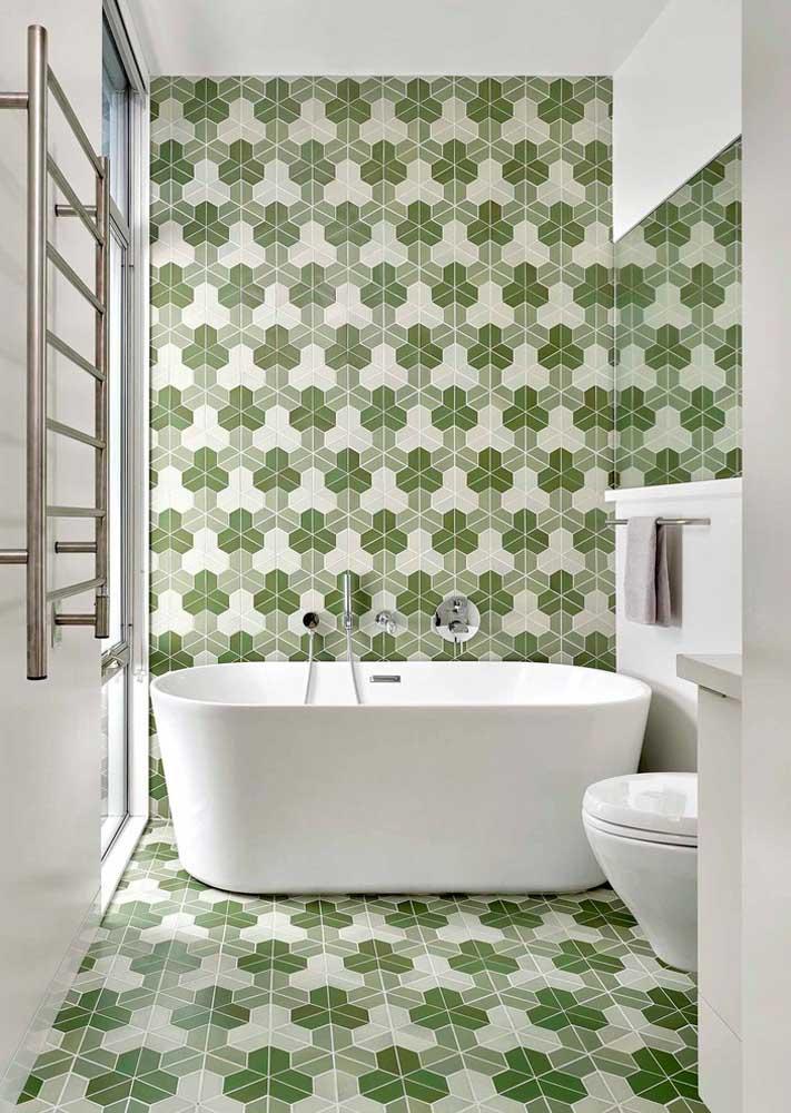Sobre a cerâmica verde, louças e móveis brancos
