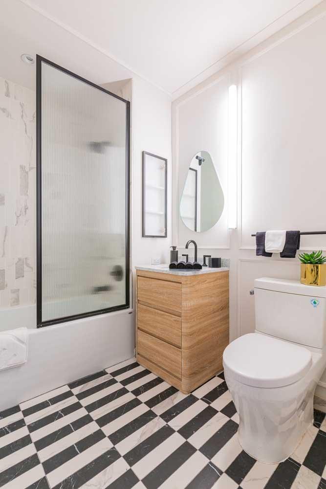 Olha a dupla mais querida da decoração aí: o preto e o branco formam uma combinação descontraída nesse banheiro planejado