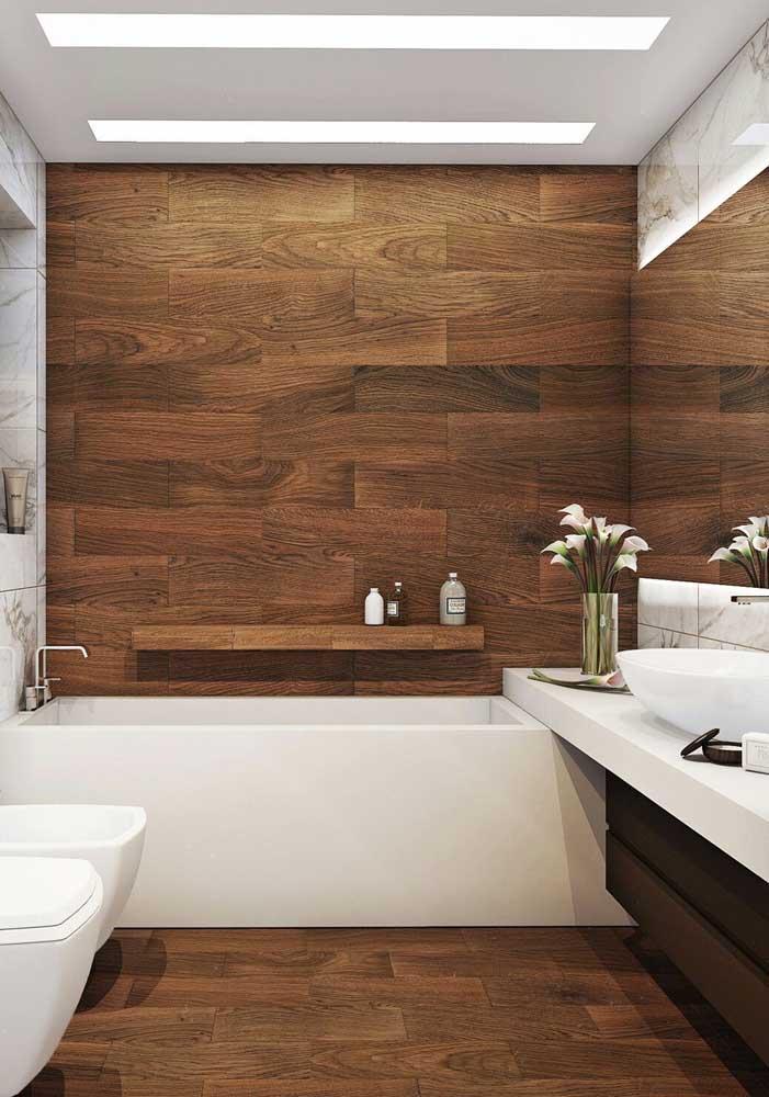 A combinação entre o branco e a madeira também nunca sai de moda