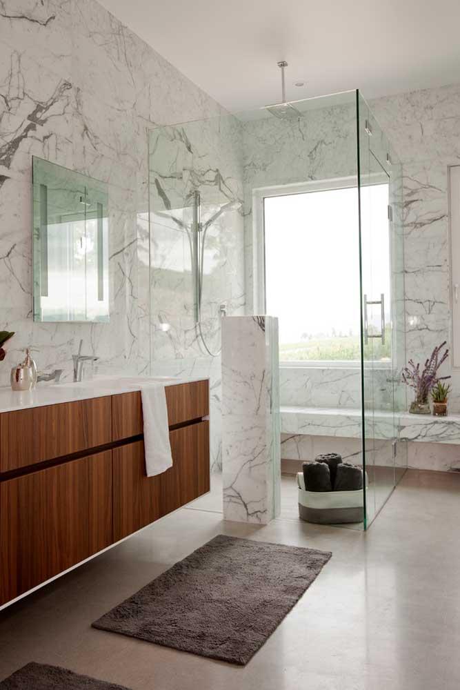 Gabinete planejado em madeira para banheiro grande; os detalhes em vidro ajudam a aumentar a proporção de espaço