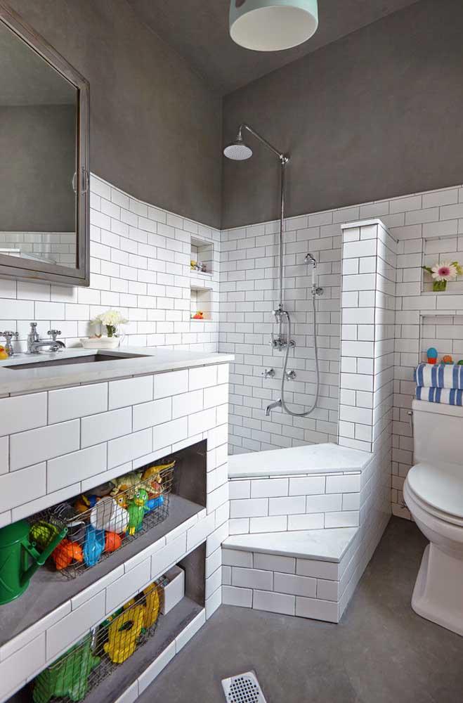 Banheiro moderno e jovial com cimento queimado nas paredes e piso