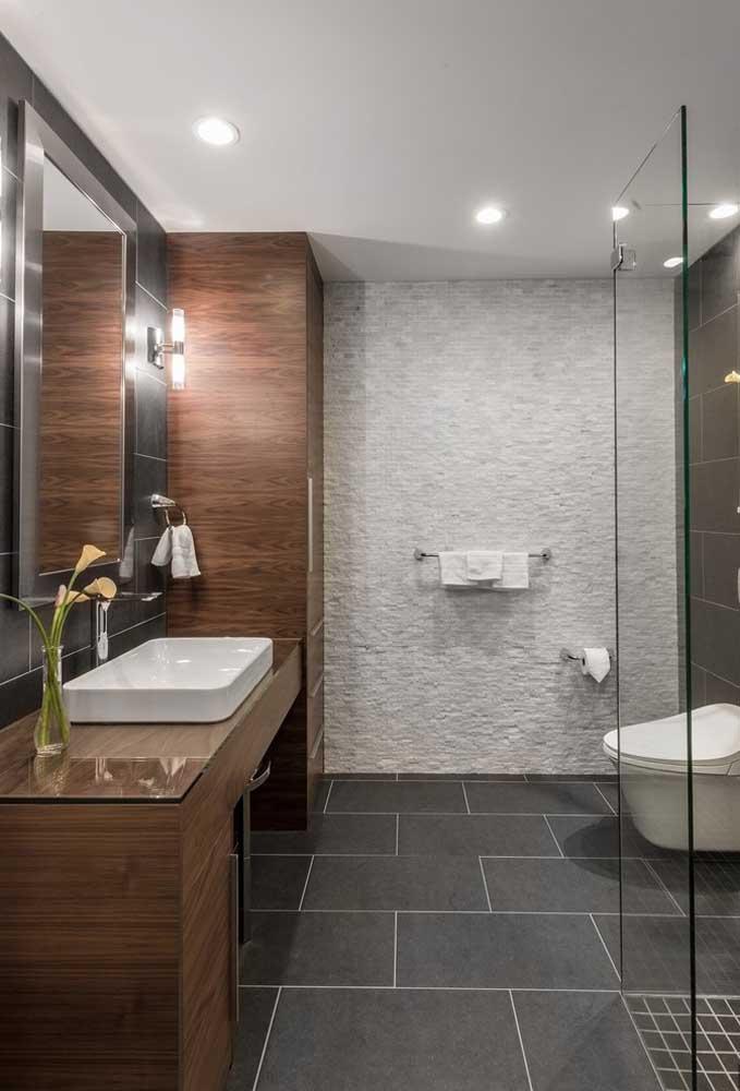 A iluminação fazendo toda a diferença outra vez no banheiro planejado