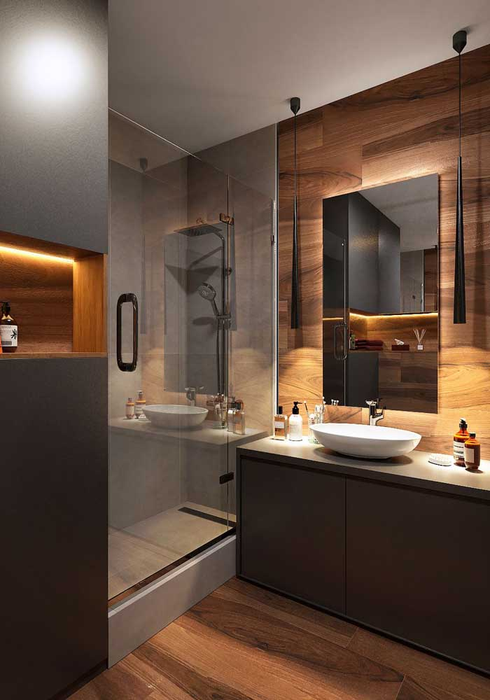 A iluminação indireta fez toda a diferença nesse banheiro planejado com box