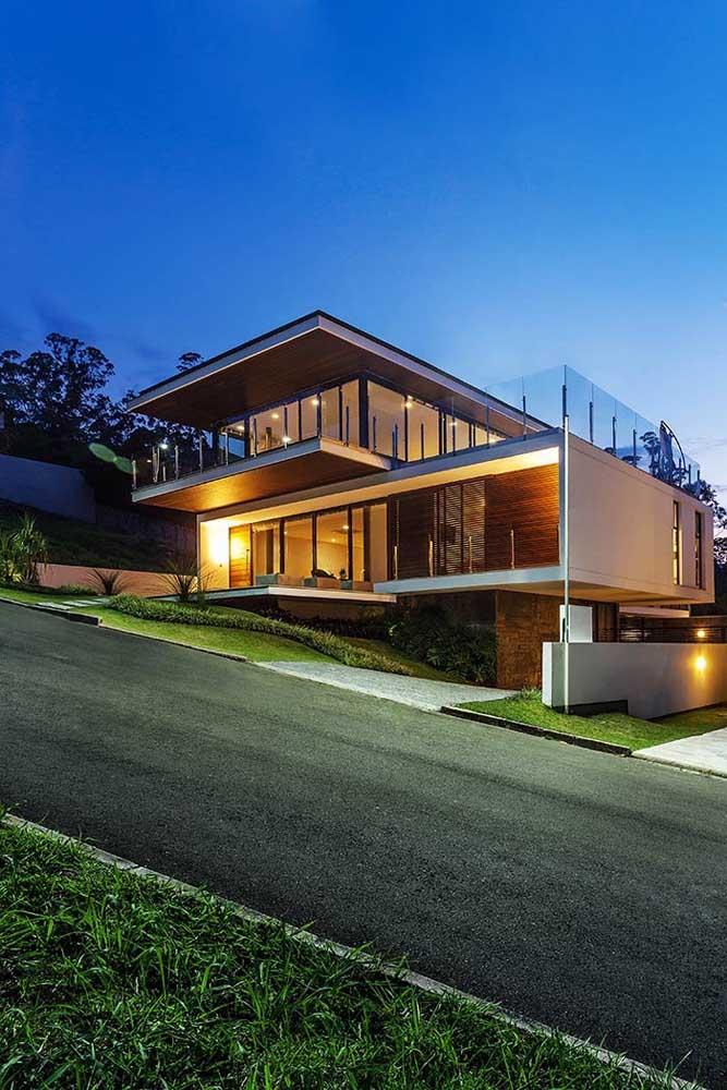 A rua íngreme não foi impedimento para a construção de uma casa grande com três pavimentos; o uso combinado da madeira e do vidro conferem modernidade e conforto ao projeto
