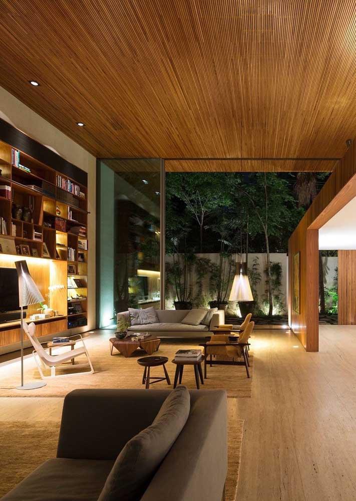 Um detalhe importante na hora de planejar a casa grande por dentro é se atentar para que os ambientes não fiquem frios e impessoais demais, para isso, busque um projeto de iluminação acolhedor e materiais aconchegantes, como a madeira
