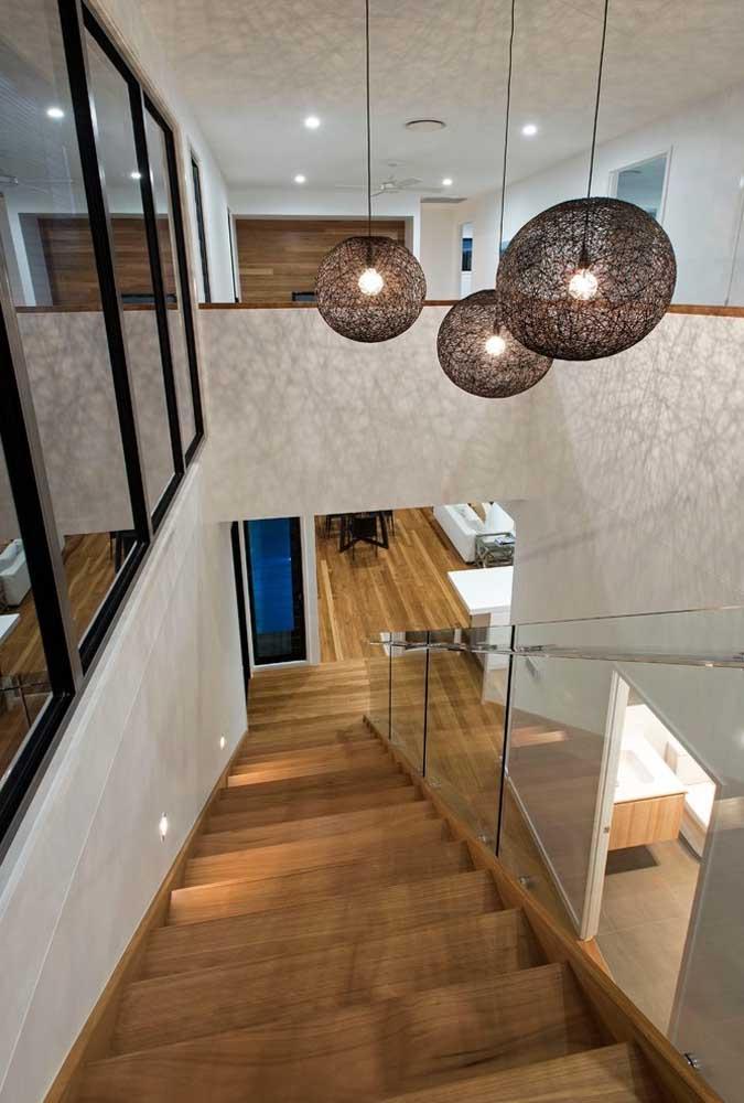 Não dispense um pé direito alto na hora de construir a casa grande e o valorize com luminárias suspensas