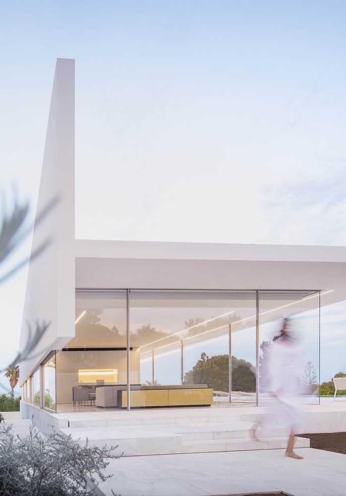 Branca, de vidro e totalmente integrada: um modelo típico de casa grande moderna