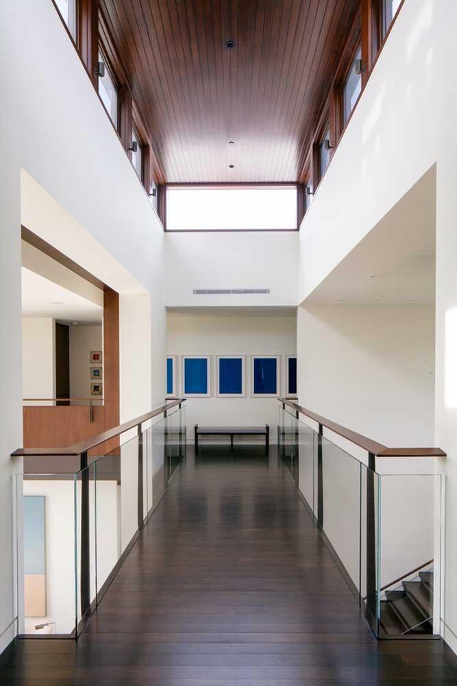 Já essa outra casa grande com dois andares traz a madeira como principal revestimento do piso e do teto