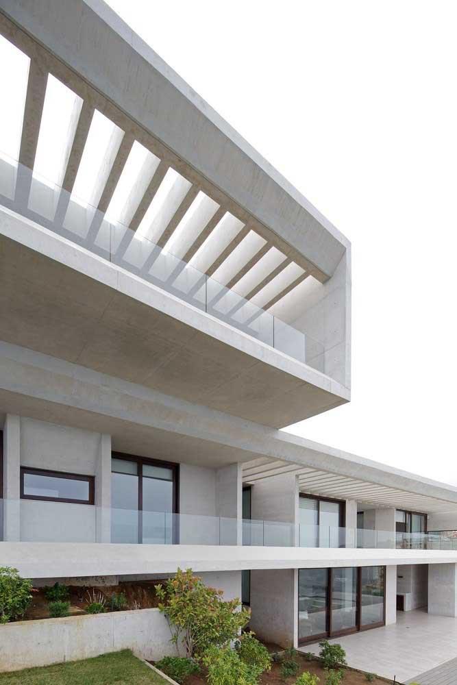 Cores claras e neutras se destacam nessa fachada de casa grande moderna