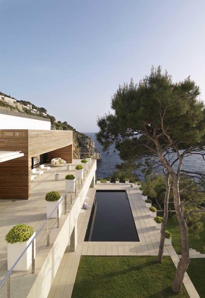 No topo da montanha, essa bela casa grande conta com piscina e uma vista de tirar o fôlego