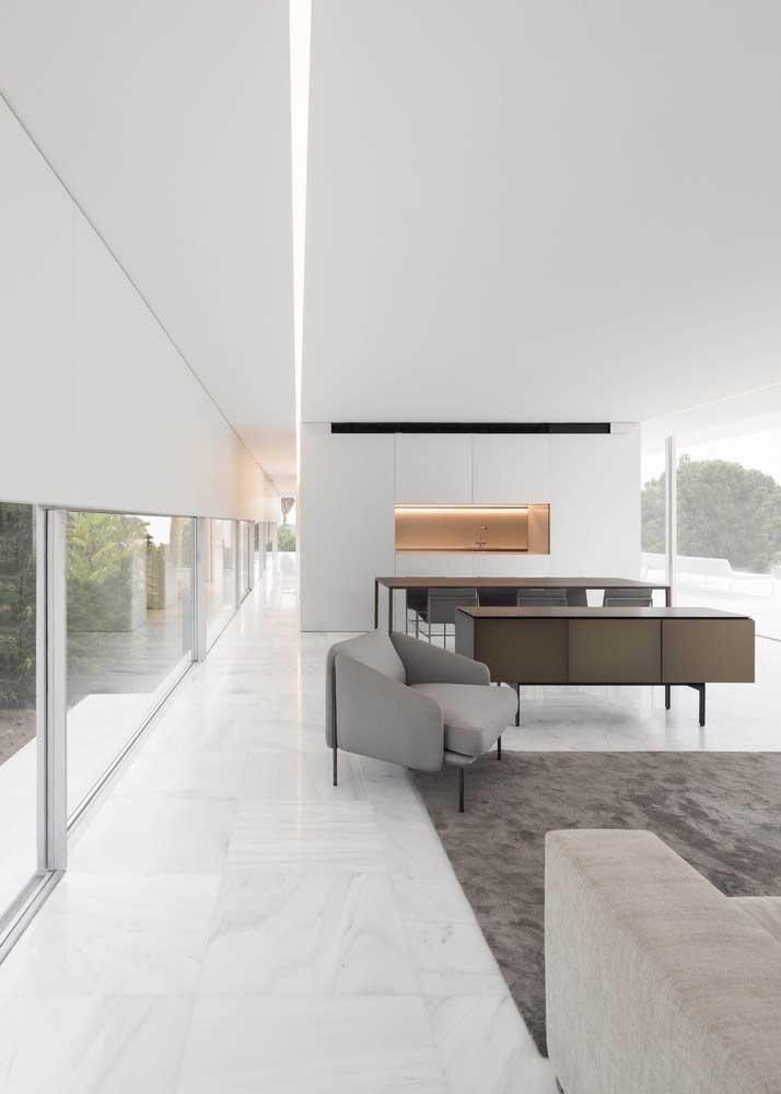 O branco usado no interior da casa grande deixa os ambientes mais amplos do que já são naturalmente