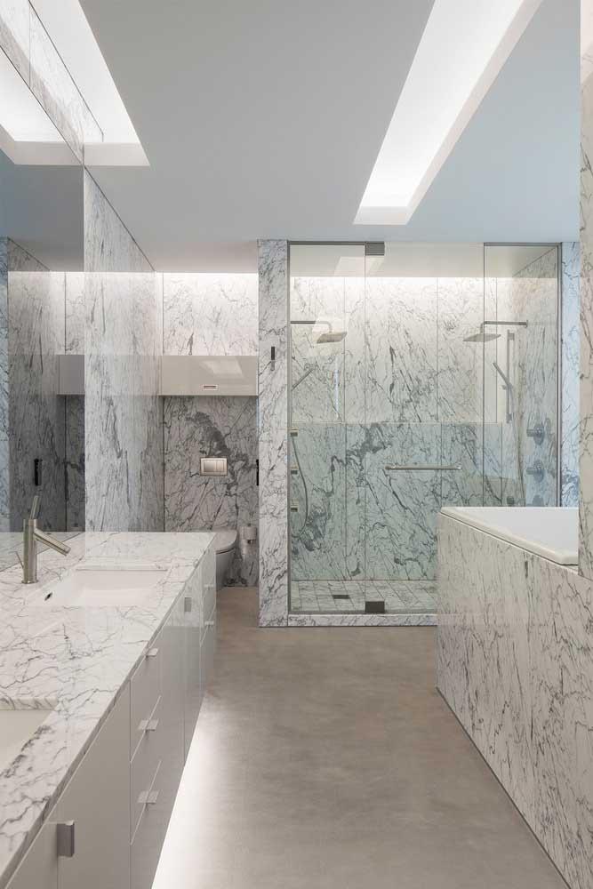 Mas se a ideia for impressionar, use mármore como revestimento das paredes do banheiro da casa grande