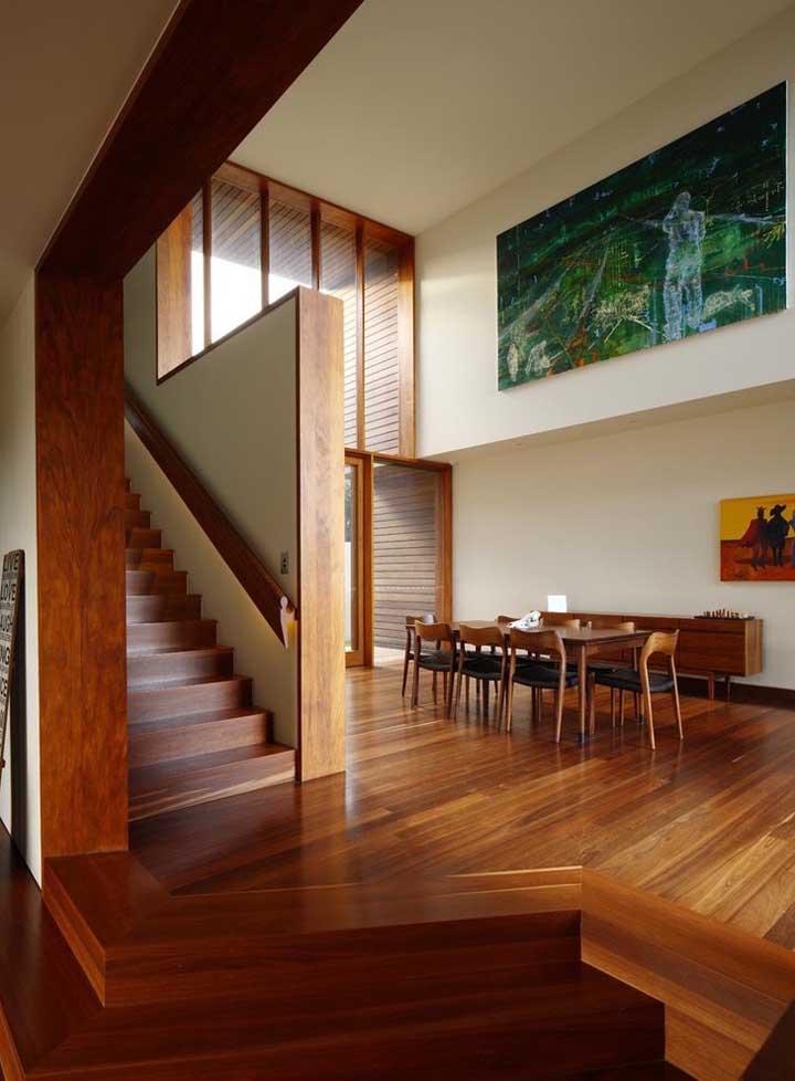 A combinação do tom de palha da parede com os elementos em madeira garantiu o aspecto quente, acolhedor e confortável dessa casa grande