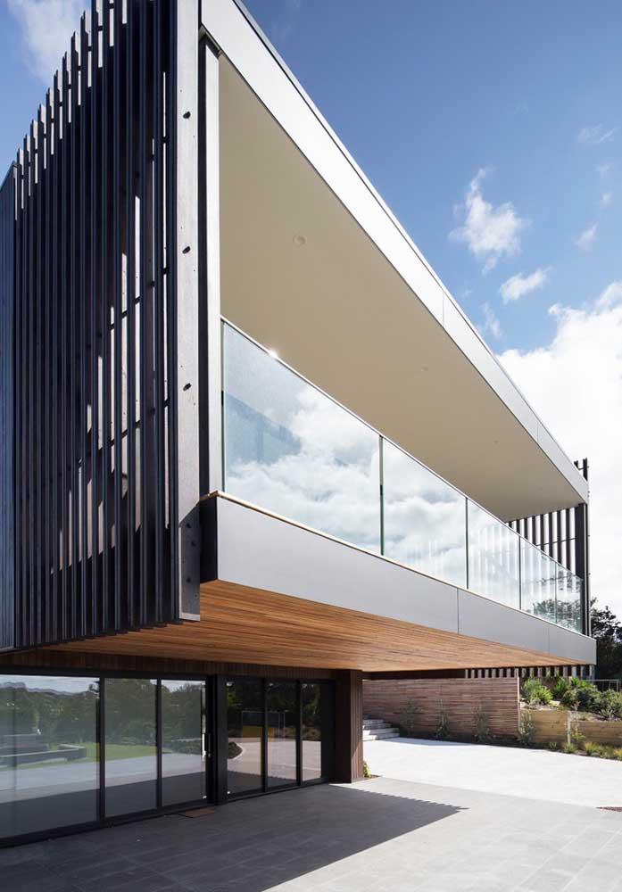 E por falar em arquitetura moderna, olha um belo exemplo aqui! O mix de materiais deixou a fachada ainda mais interessante
