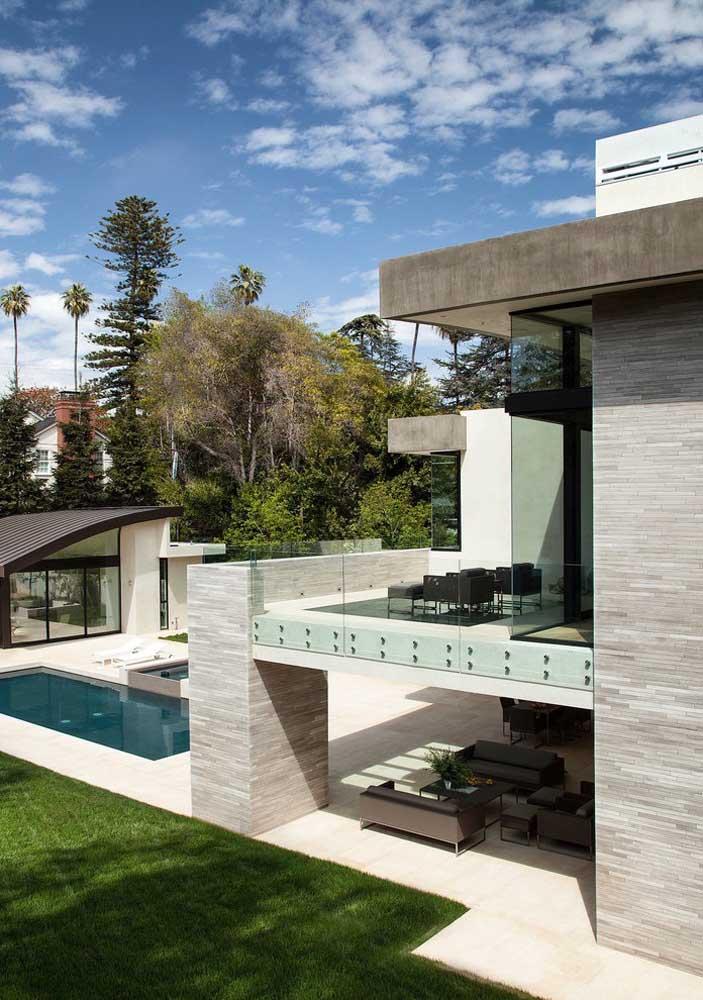 Casas grandes geralmente são construídas em terrenos grandes, nesse caso, vale a pena considerar a construção de uma edícula aos fundos