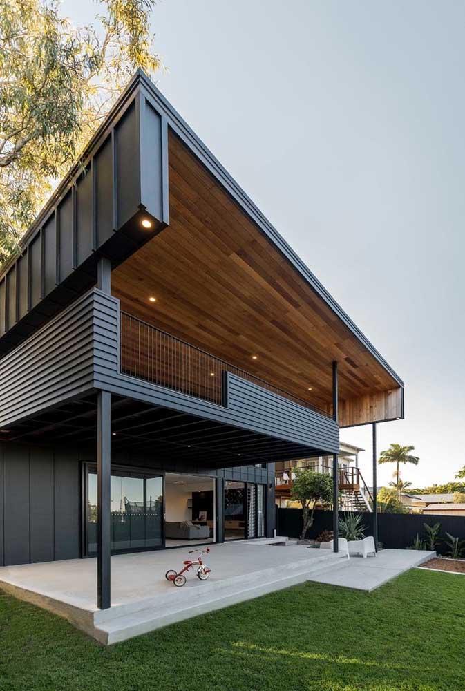 Casa grande moderna com amplo espaço externo, ideal para família com crianças