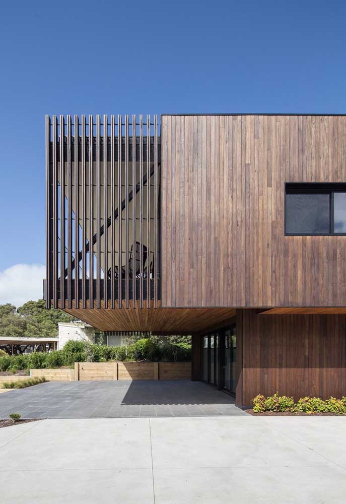 Casa grande moderna revestida com madeira: o material traz beleza e conforto para a fachada