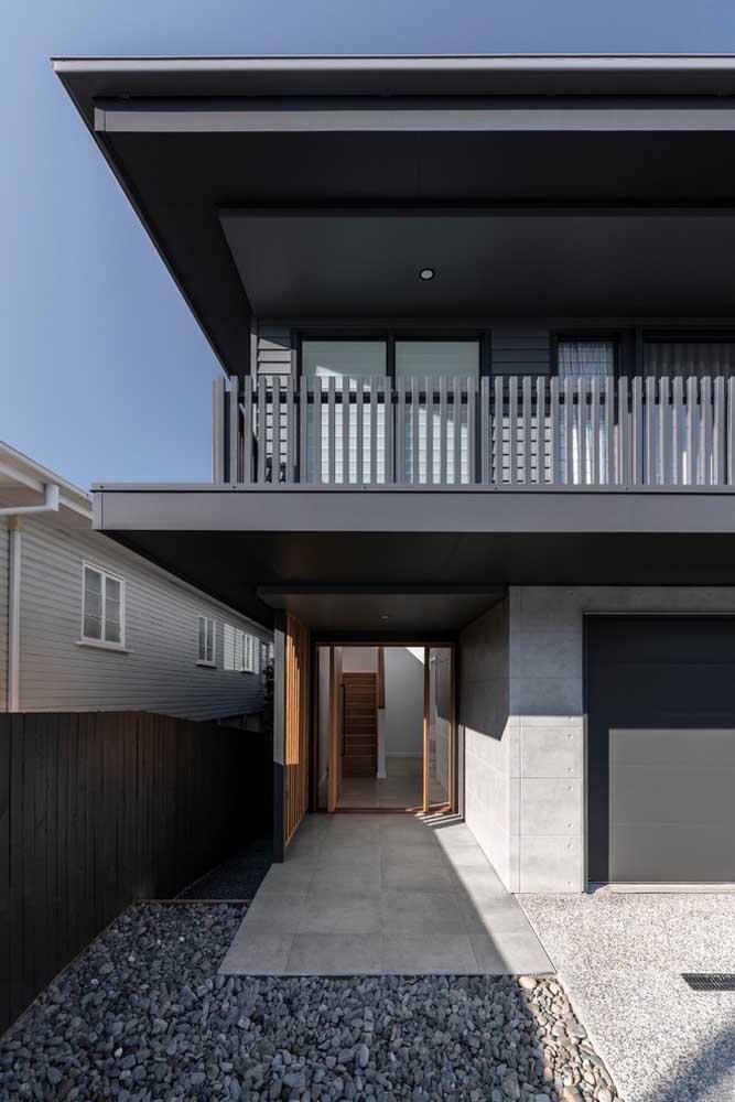 Fachada de casa grande moderna: o preto traz elegância e uma dose generosa de ousadia
