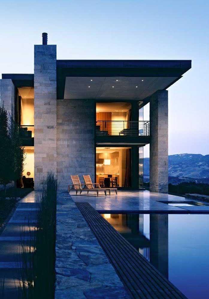 Piscina, varanda e uma vista espetacular: essa casa grande não precisa de mais nada