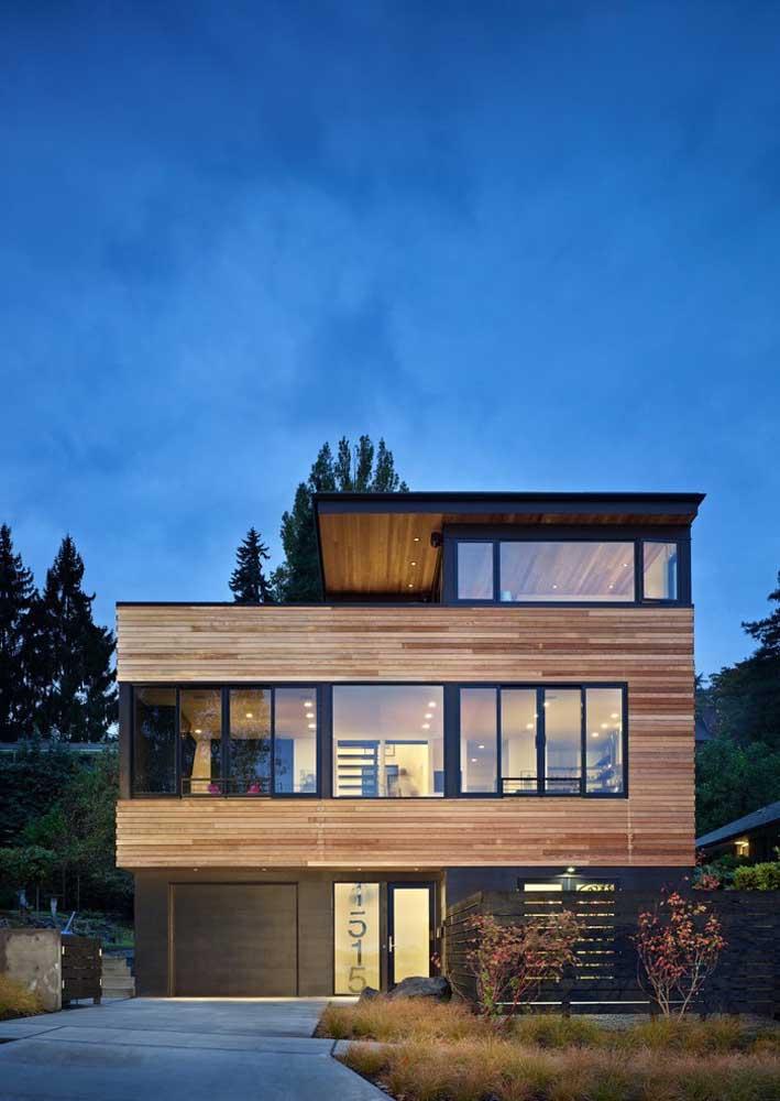Como ter uma casa grande em um terreno pequeno? Construa um sobrado, de preferência com três pavimentos para garantir ainda mais espaço