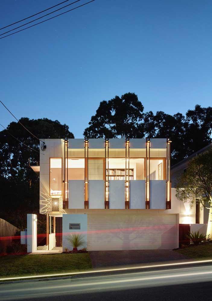 Casa grande e moderna vista da rua: o único inconveniente é que o vidro pode tirar um pouco da privacidade dos moradores