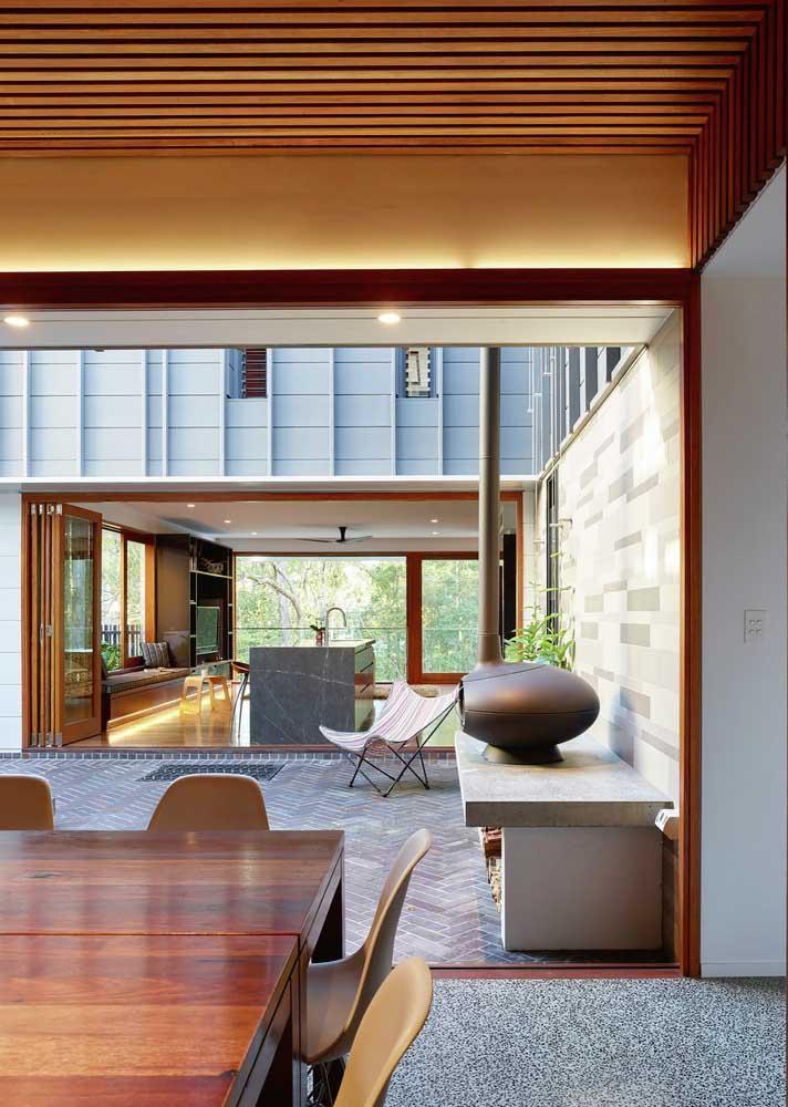 Nessa casa grande, ambientes internos e externos se unem e podem ser visualizados em um mesmo ângulo de visão