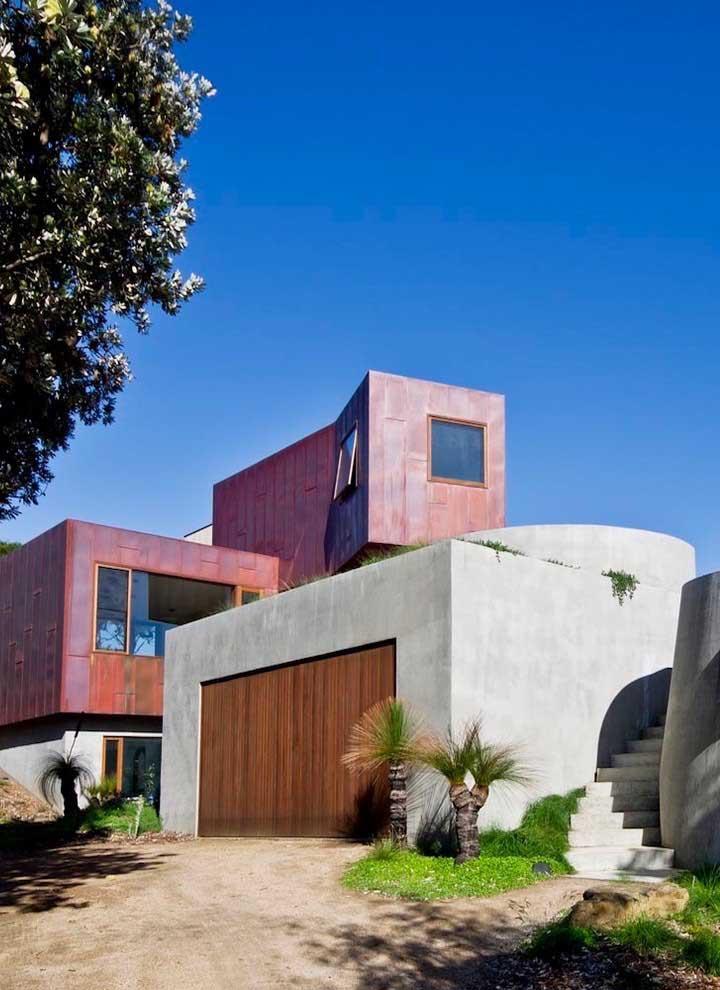 O uso do aço corten no revestimento externo da casa grande trouxe modernidade e estilo ao projeto arquitetônico