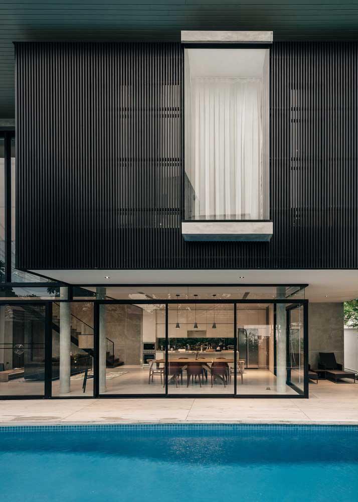 Casa grande com piscina: um sonho para muita gente; destaque para as aberturas em vidro e a integração entre os ambientes