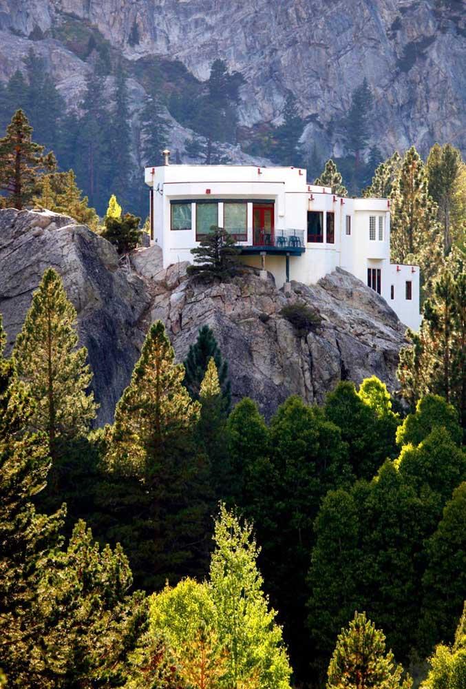 O coração aguenta uma casa dessas? Em cima da pedra, em meio às montanhas! Incrível