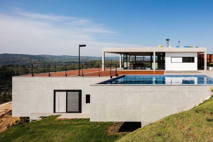 Nesse outro projeto, o concreto aparente garante o estilo moderno da casa