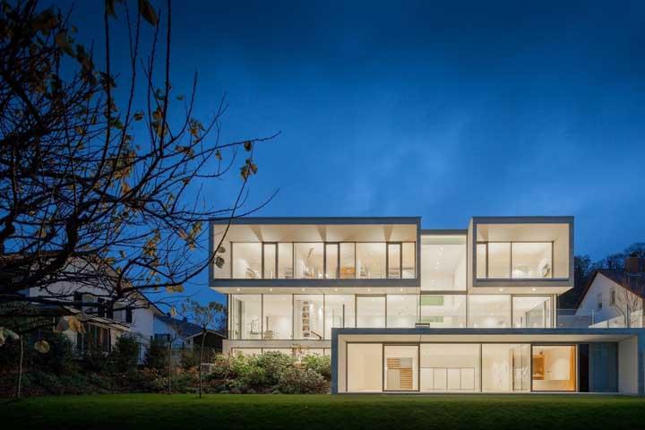 Muito vidro, luz e cor branca; o resultado é uma casa grande de cair o queixo