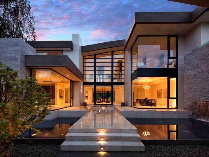 Casa grande com mini lago na entrada: um charme!