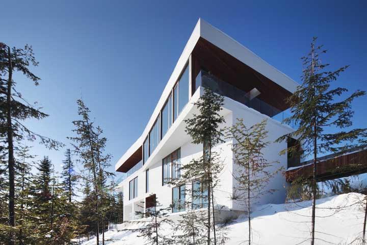 E se for para combinar, que tal unir o branco da parede da casa com o branco da neve? Olha que efeito bonito!