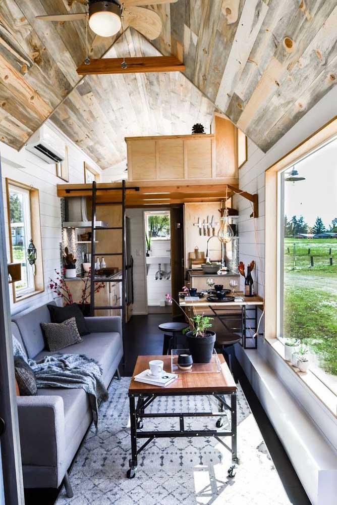 Casa pequena e com espaços muito bem aproveitados; repare na abundancia de luz natural