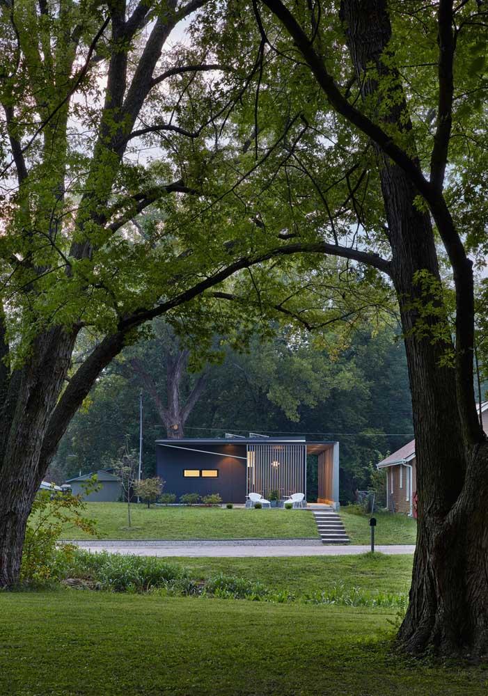 Em meio à natureza, essa casa pequena se destaca pelo projeto moderno