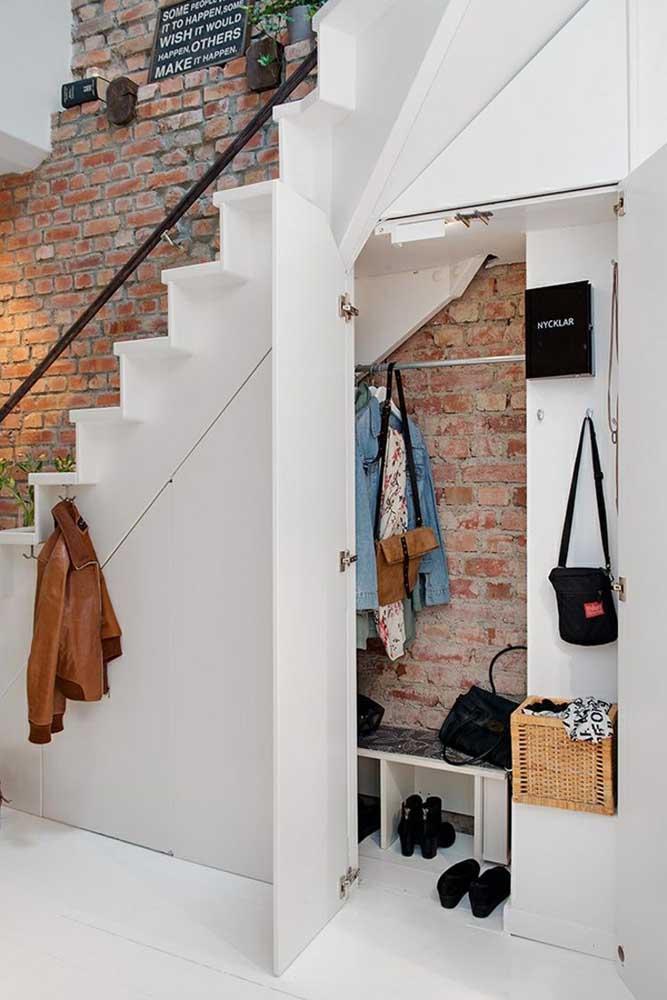 O espaço embaixo da escada é perfeito para montar um closet ou armário