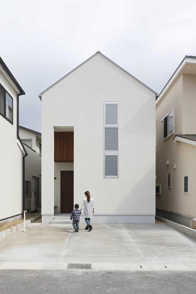 Casa pequena com pé direito duplo e design minimalista na fachada