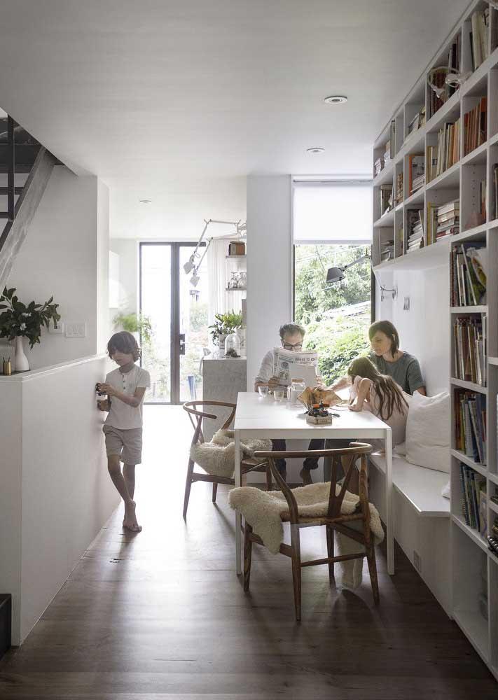 Traga para dentro da casa pequena apenas os móveis e objetos que são indispensáveis, assim você evita o desperdício de espaço