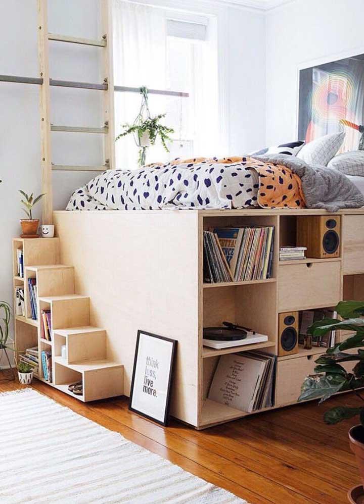 Se não puder ter um mezanino considere a possibilidade de colocar a sua cama sobre um armário, como esse da imagem, veja como você pode otimizar o espaço do quarto