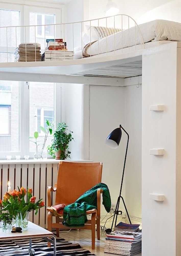 Nessa casa pequena, o quarto foi montado em um mezanino; a janela alta atende as duas partes da casa