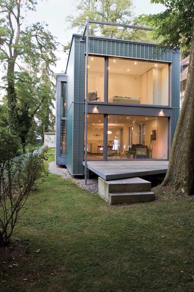 Casa pequena container com grandes aberturas em vidro