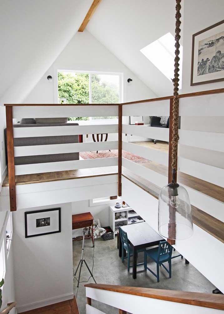 O formato triangular da casa confere um design interior muito interessante
