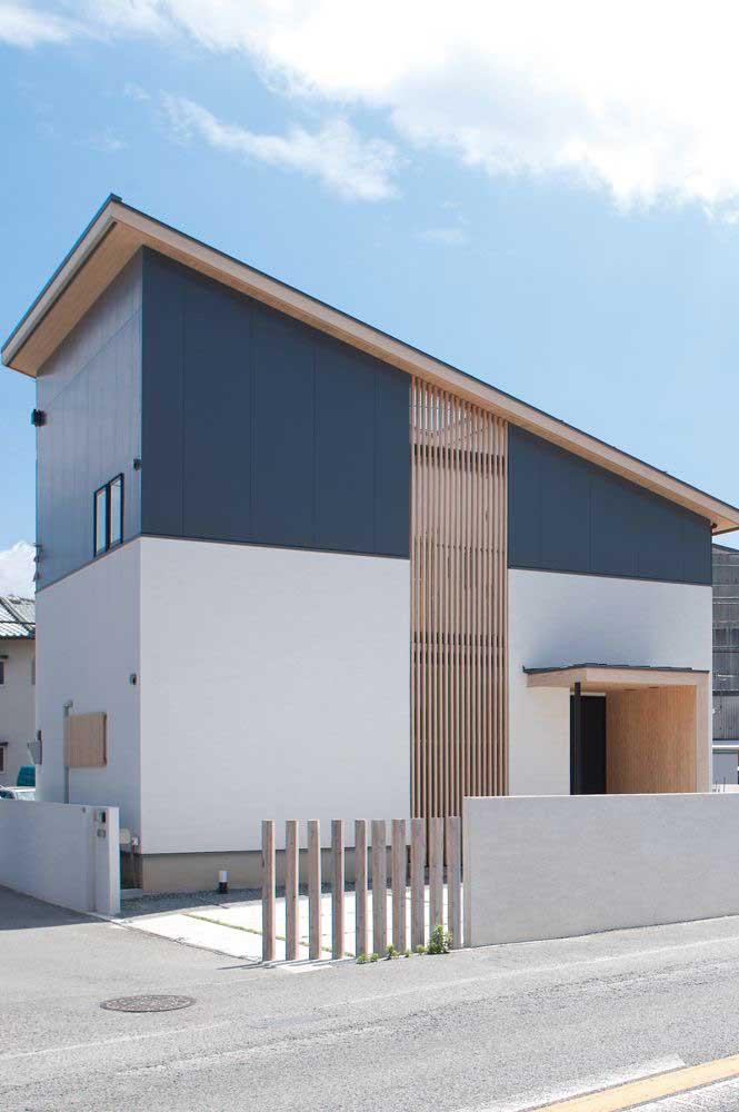 Combinação perfeita de cores e materiais para essa fachada de casa pequena