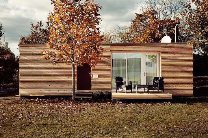 O revestimento em ripinhas de madeira deixou essa pequena casa pra lá de charmosa