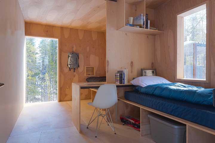 A divisória entre os quartos também funciona como escrivaninha: solução inteligente para casas pequenas