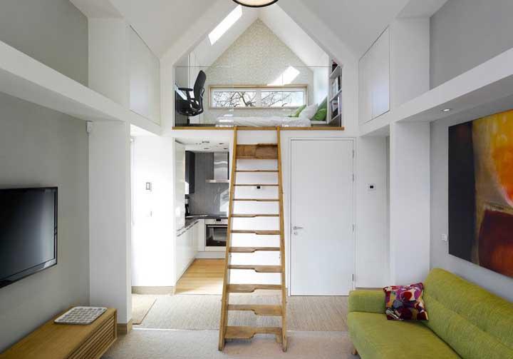 Nessa casa pequena, o quarto e o home office foram muito bem instalados sobre o mezanino