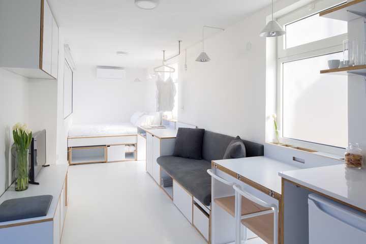 Cores claras e multifuncionais garantem a praticidade dessa casa pequena