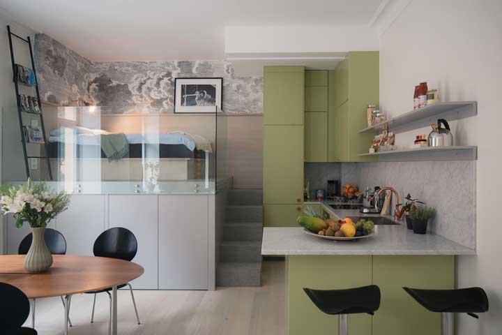 O guarda corpo de vidro cria um limite visual entre o quarto e os demais ambientes da casa sem afetar a estética clean do projeto
