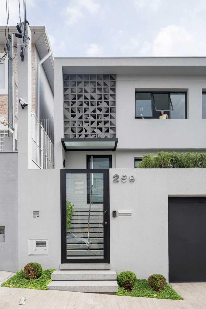 Os elementos vazados na fachada, semelhantes a cobogós, valorizam a casa e permitem a entrada de luz e ventilação
